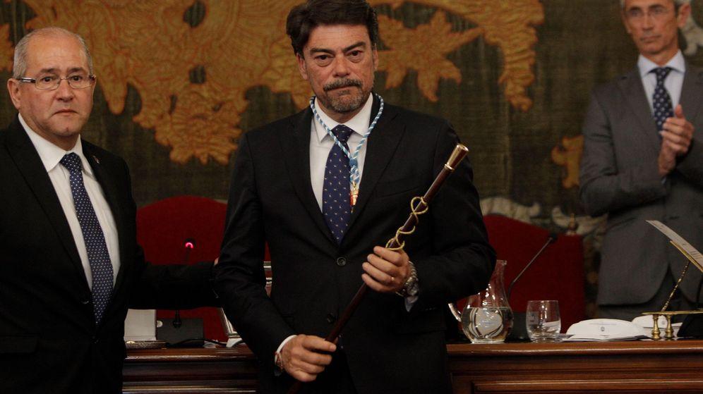 Foto: Luis Barcala, con la vara de mando de alcalde de Alicante. (EFE)