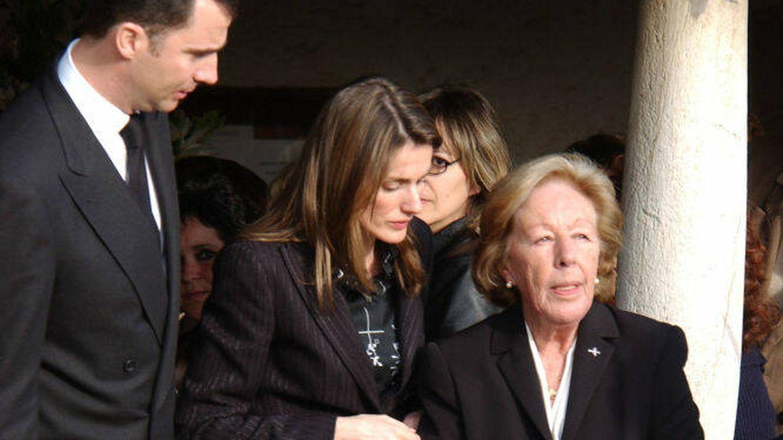 Felipe, Letizia y su abuela, en el funeral de José Luis Ortiz en 2005. (Getty)