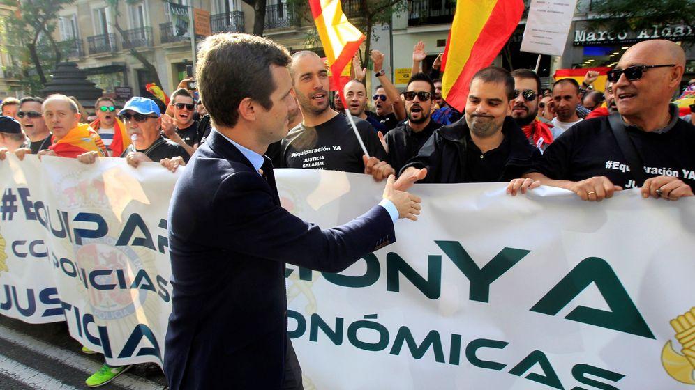 Foto: El vicesecretario general de Comunicación del Partido Popular, Pablo Casado, saluda a los participantes en la concentración de policías. (EFE)