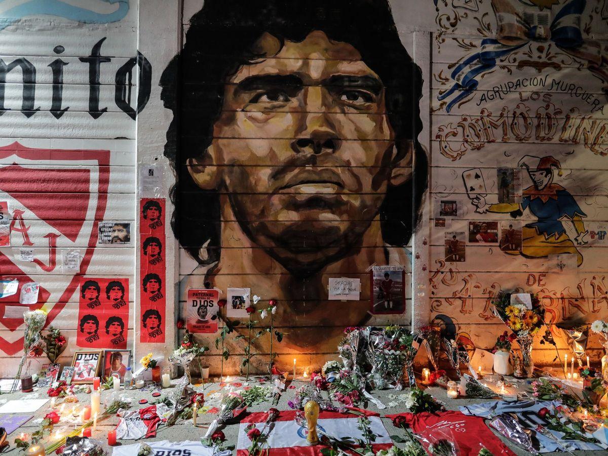 Foto: Ofrendas en el estadio del club Argentinos Juniors (Buenos Aires). (EFE)