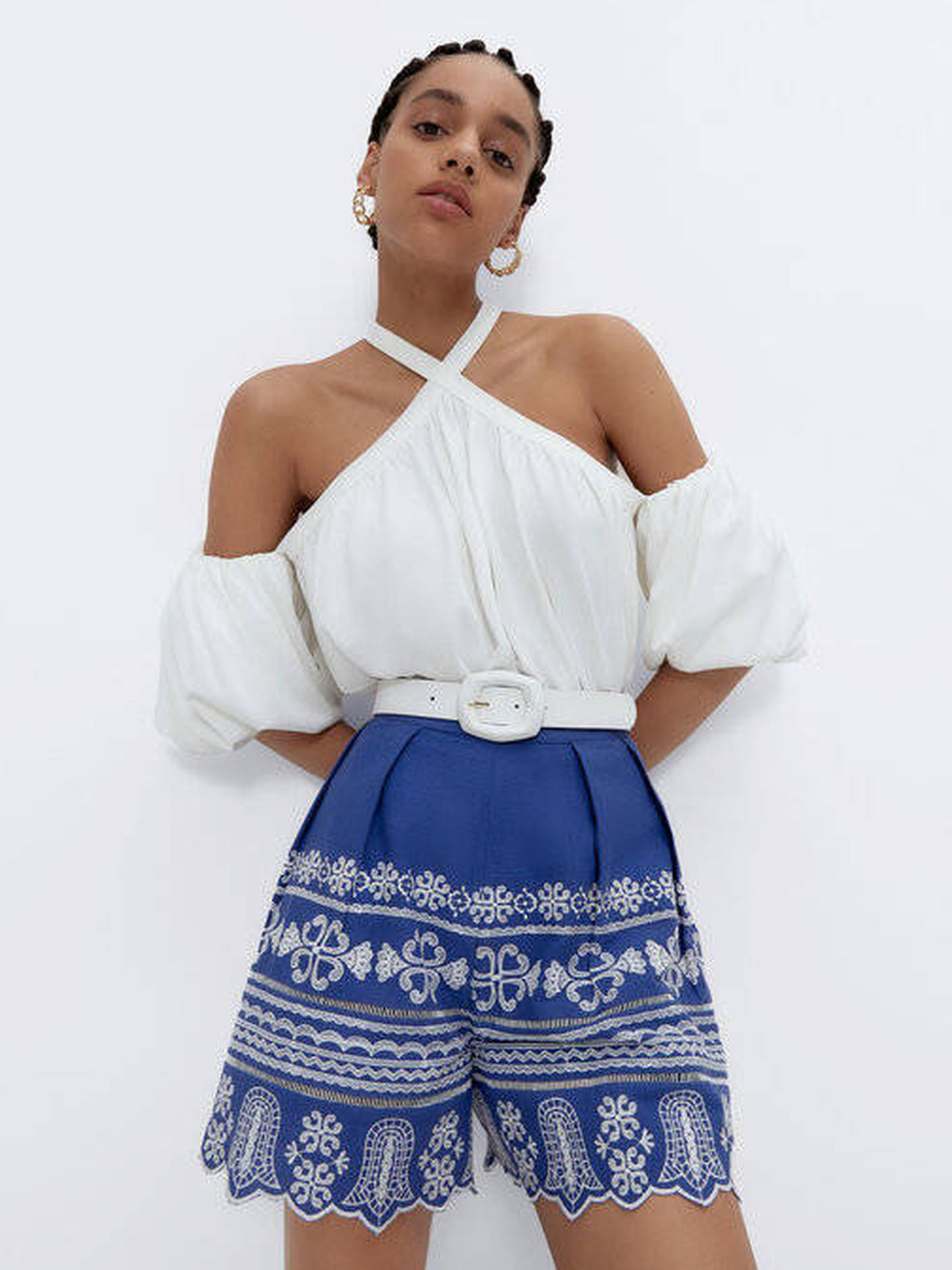 Look de blusa y bermuda de Uterqüe. (Cortesía)