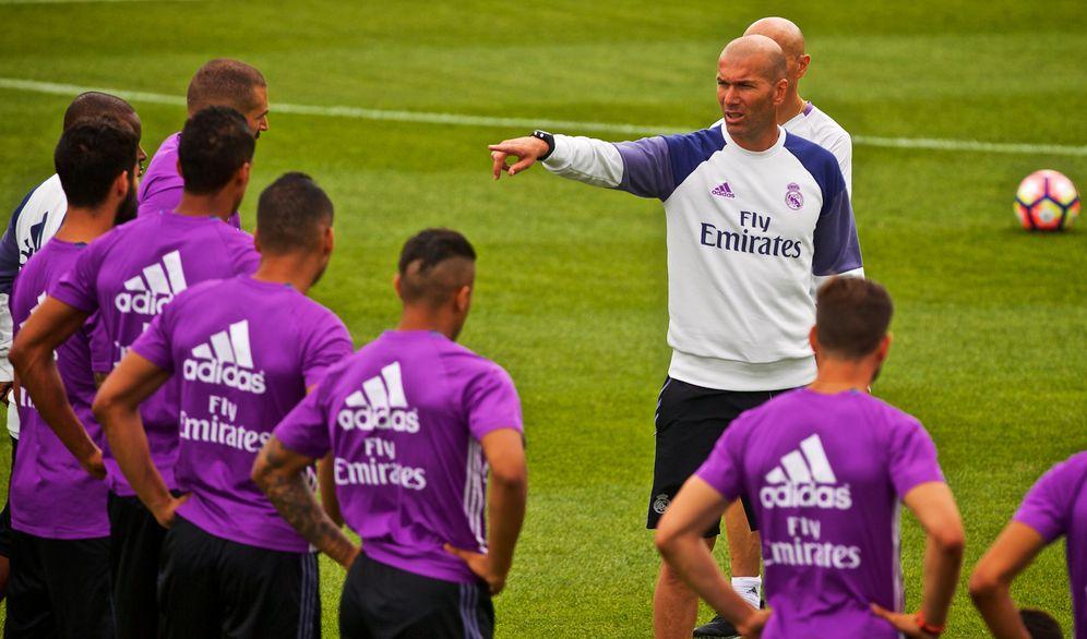 Foto: Zidane da instrucciones a sus jugadores durante un entrenamiento de pretemporada (EFE)