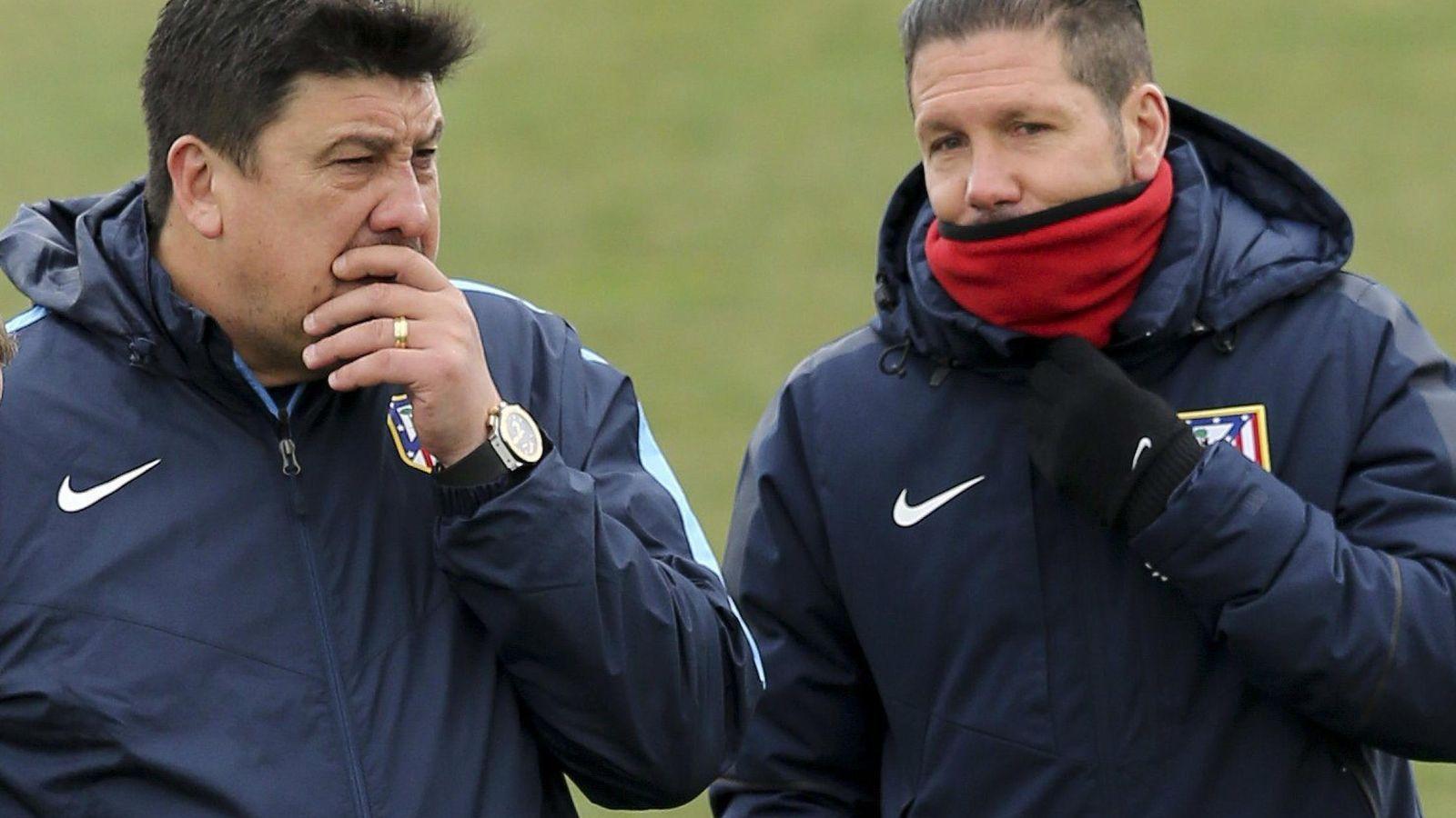 Foto: El Mono Burgos y Simeone durabte un entrenamiento del Atlético de Madrid (EFE)