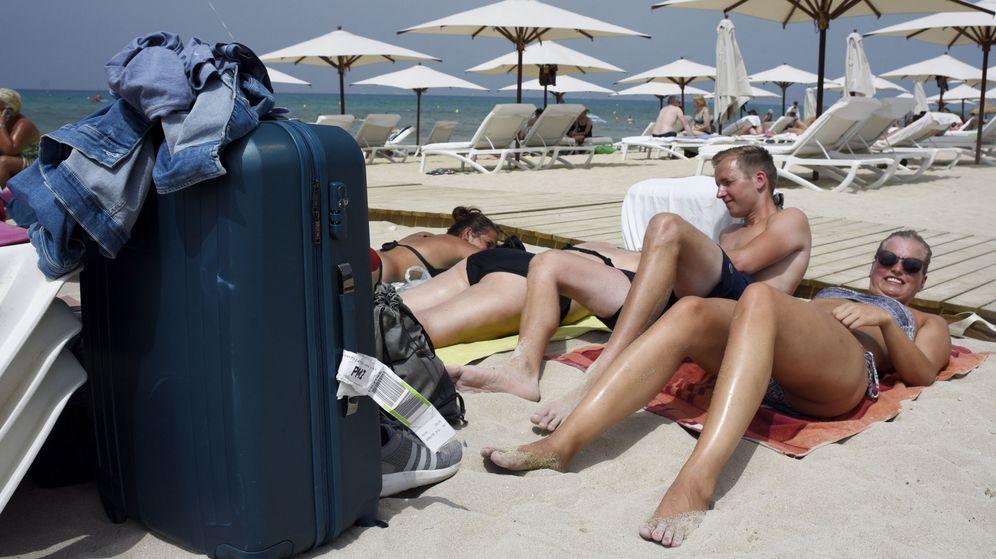 Foto: Turistas alemanes aprovechan sus últimos momentos en la Playa de Palma antes de partir hacia su país. (EFE)