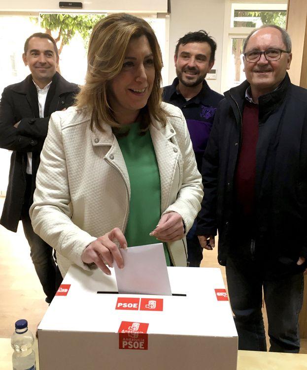 Foto: La secretaria general del PSOE andaluz y presidenta de la Junta, Susana Díaz, participa en la consulta en la sede de su agrupación, junto con su número dos, Juan Cornejo. (EFE)