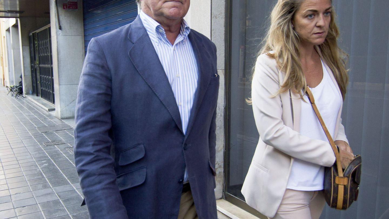 José Corbín y su hija Rita, por las calles de Valencia. (EFE)
