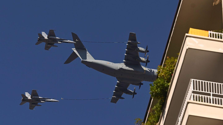 Un T-23 y dos cazas F-18 C-15 participan en el desfile aéreo militar. (EFE)