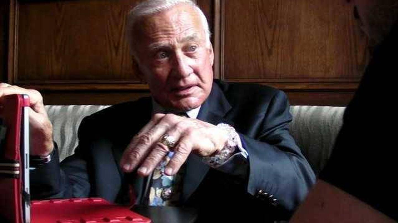 Buzz Aldrin en un momento de la entrevista con el autor en el Plaza Hotel de Nueva York (Jesús Díaz)