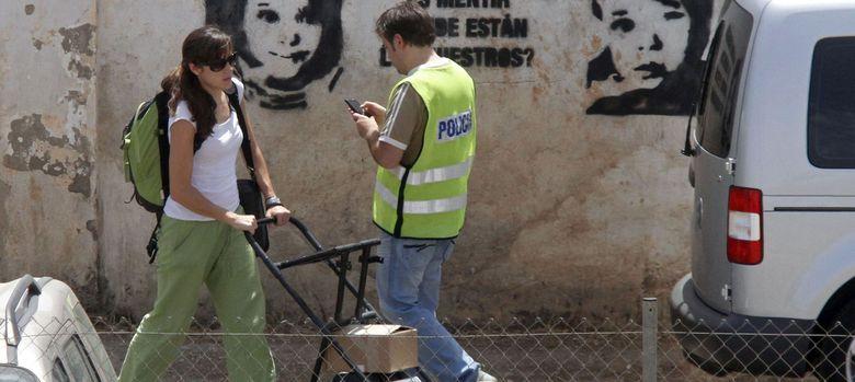 Foto: Fotografía de archivo en la que una técnico abandona con el georradar la finca Las Quemadillas de Córdoba. (EFE)