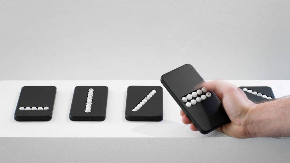 Foto: El diseñador austriaco critica el abuso del móvil con un teléfono falso (Fuente: Leonhard Hilzensauer)