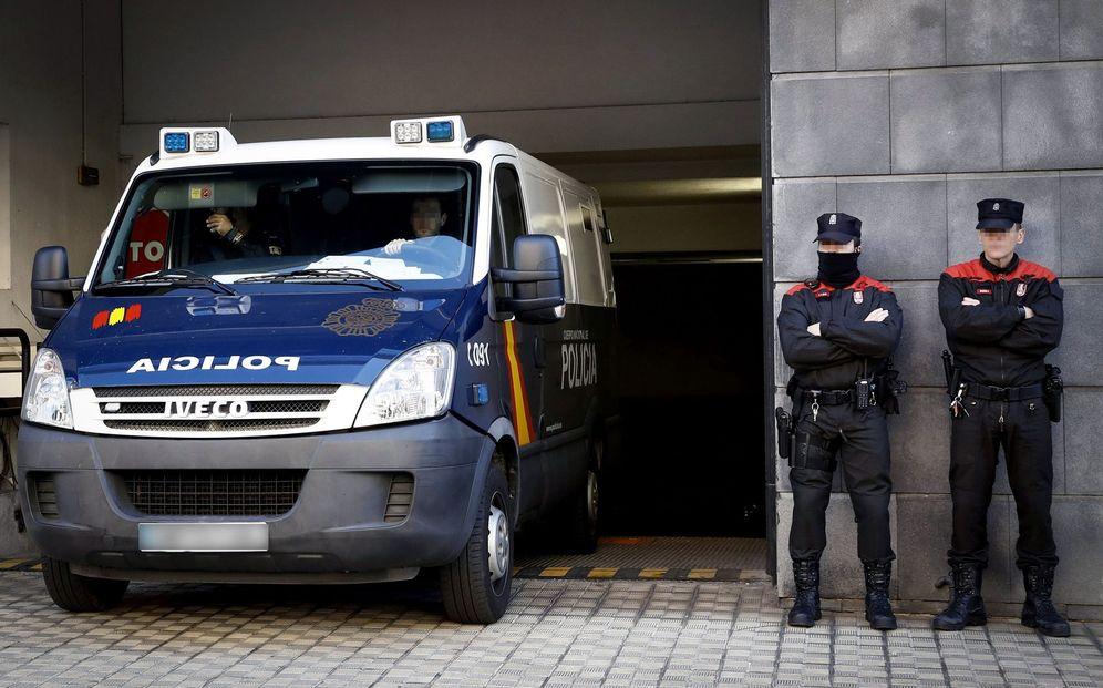 Foto: Los acusados por la presunta violación abandonan el Palacio de Justicia durante una de las sesiones del juicio. (EFE)