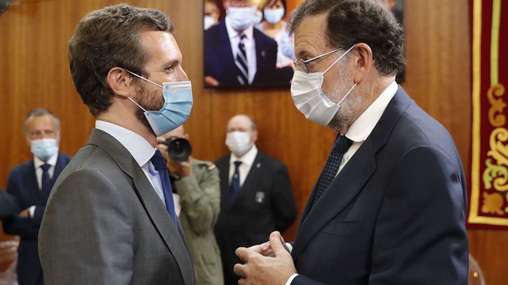 Foto: Pablo Casado y Mariano Rajoy charlan en un acto. (EFE)