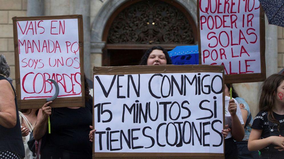 Foto: Manifestación en la plaza de Sant Jaume de Barcelona para apoyar a la víctima de la violación grupal en Manresa. (EFE)