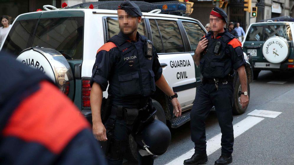 Foto: Mossos d'esquadra escoltan a los vehículos de la Guardia Civil. (EFE)