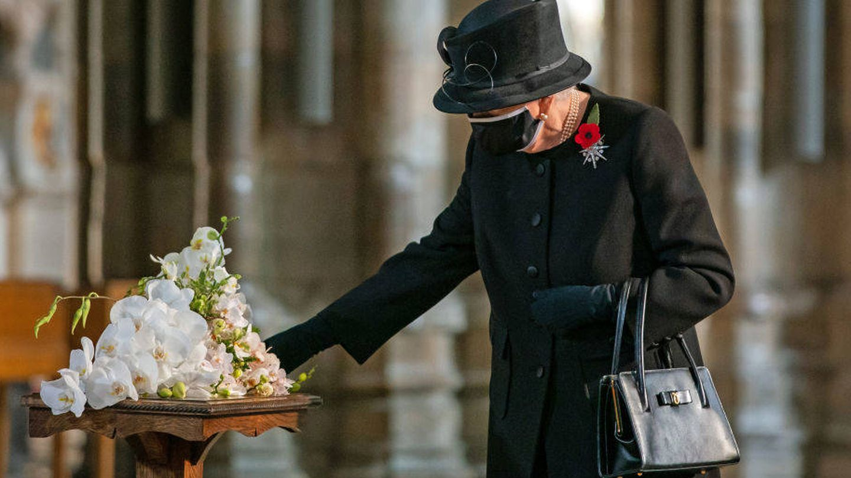 La reina en el acto en solitario conmemorando la tumba del Guerrero Desconocido. (Getty)