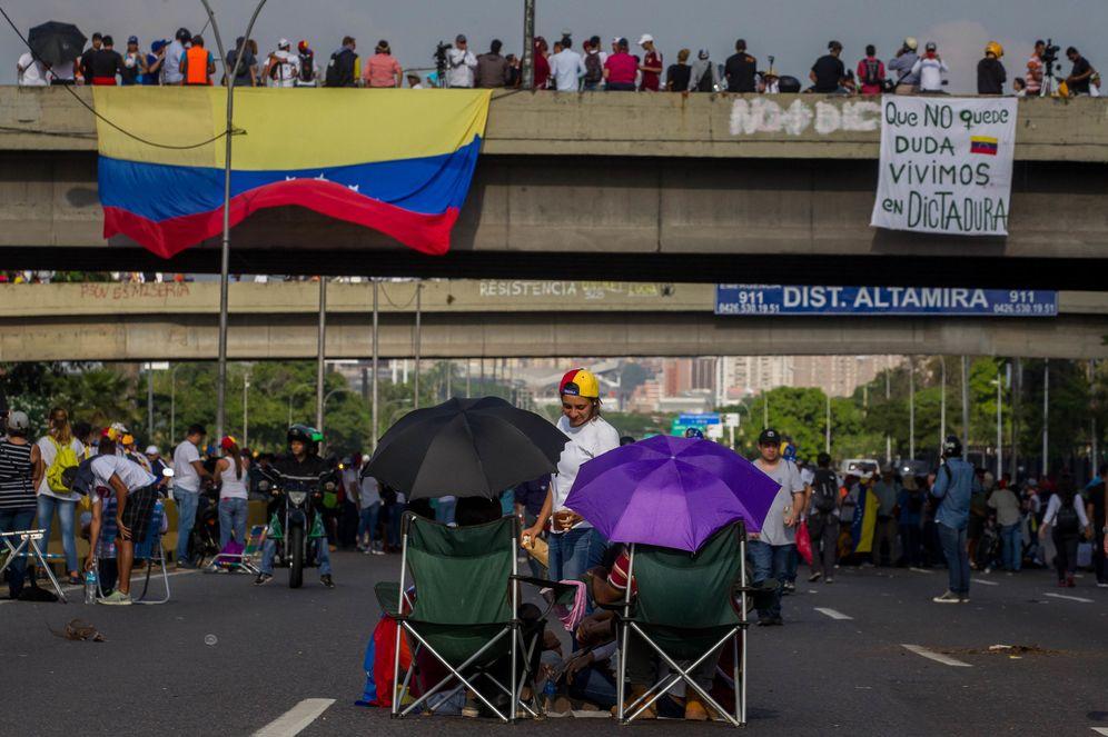Foto: Opositores venezolanos comienzan un plantón en Caracas, siguiendo una convocatoria nacional, el 24 de abril de 2017. (EFE)