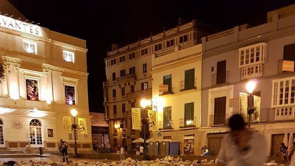 Foto: Restos del macrobotellón durante estos días de la Feria del Centro junto al Teatro Cervantes de Málaga.