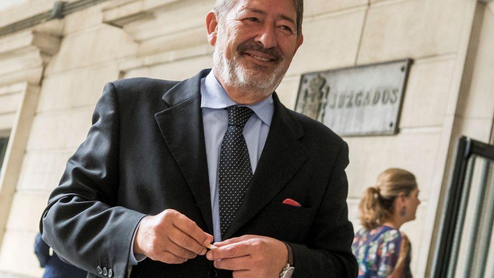 Foto: El ex director general de Trabajo y Seguridad Social Francisco Javier Guerrero, tras declarar en el Juzgado de Sevilla. (EFE)