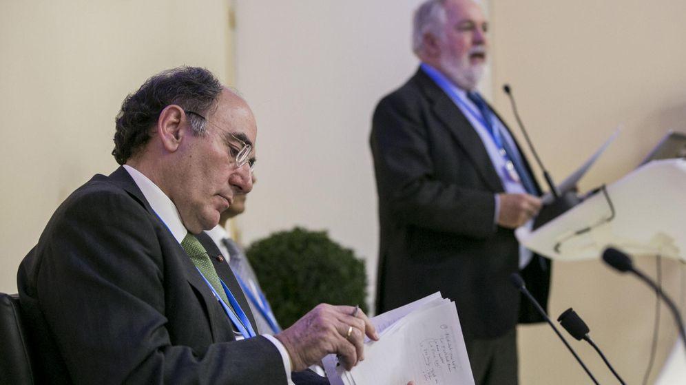 Foto: El comisario de Acción por el Clima, Miguel Arias Cañete (d), y el presidente de Iberdrola, Ignacio Sánchez Galán. (EFE)