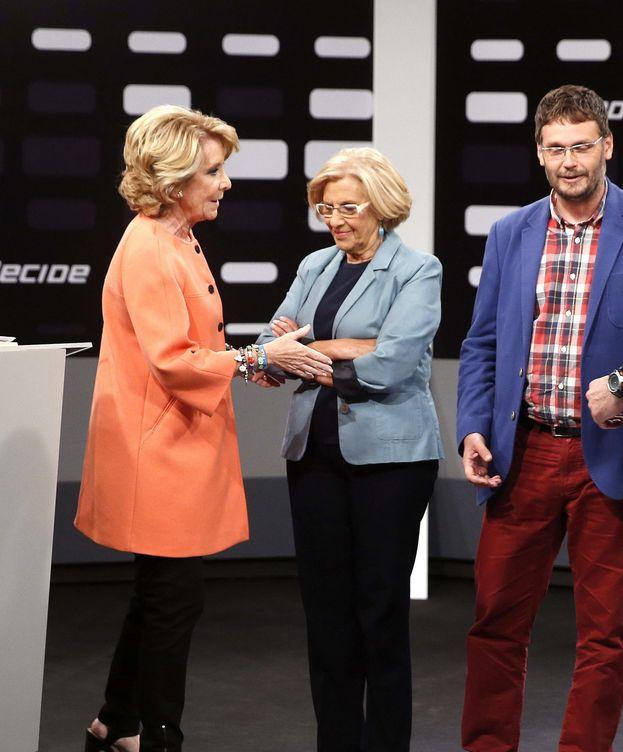 Foto: La candidata al Ayuntamiento de Madrid del PP, Esperanza Aguirre (i), junto a la candidata de Ahora Madrid, Manuela Carmena (c). (EFE)