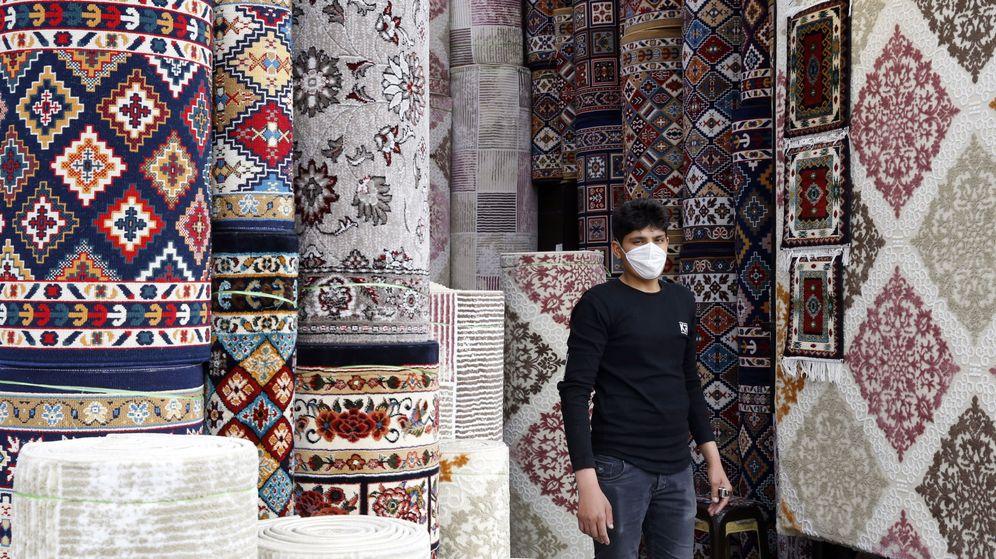 Foto: Un vendedor de alfombras en Irán. (EFE)