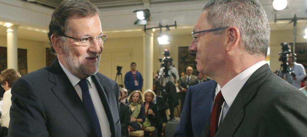 Foto: El presidente del Gobierno, Mariano Rajoy, saluda al ministro de Justicia, Alberto Ruiz Gallardón (Efe)