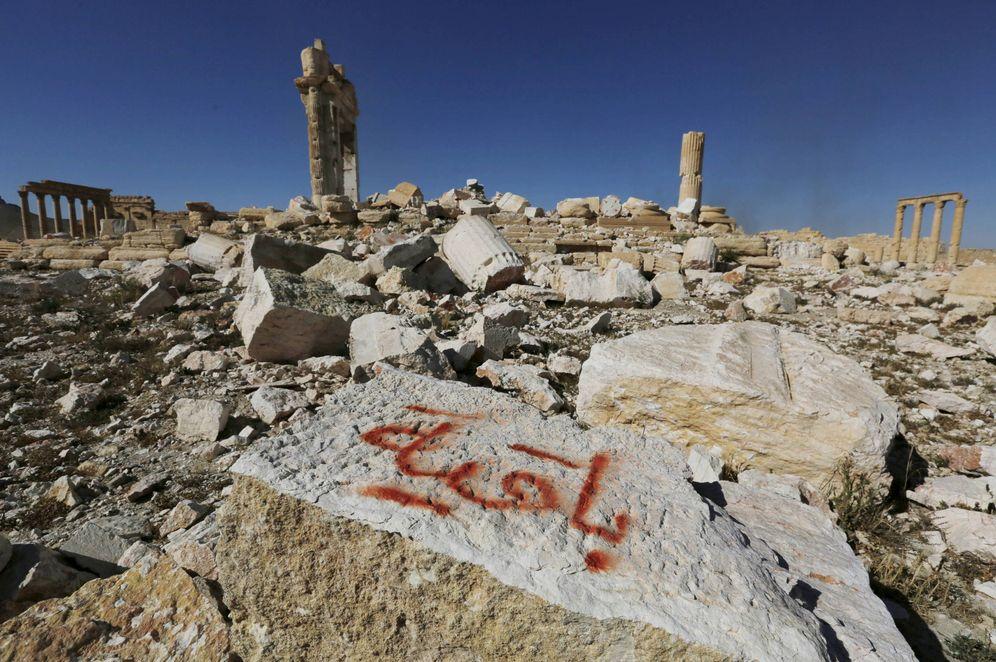 Foto: Los restos del templo de Bel, en Palmira, dinamitado por Daesh. En el grafiti puede leerse Permaneceremos. (Reuters)