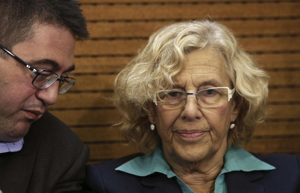 Foto: La alcaldesa de Madrid, Manuela Carmena, junto al concejal de Economía y Hacienda, Carlos Sánchez Mato (i). (EFE)