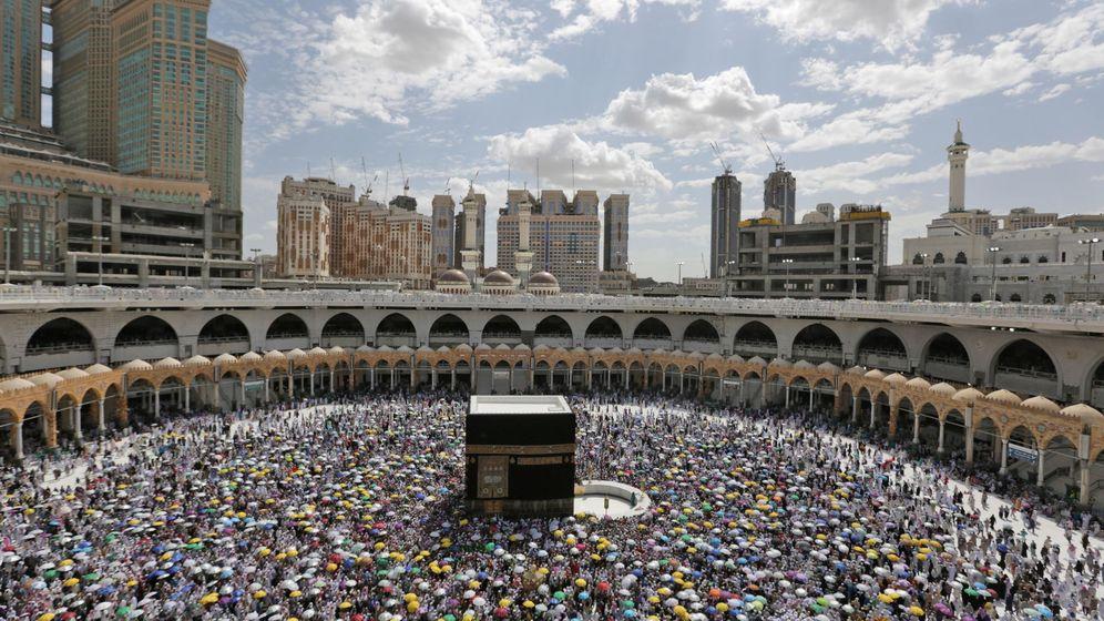 Foto: Miles de musulmanes rodean la Kaaba en la ciudad de La Meca. (EFE)