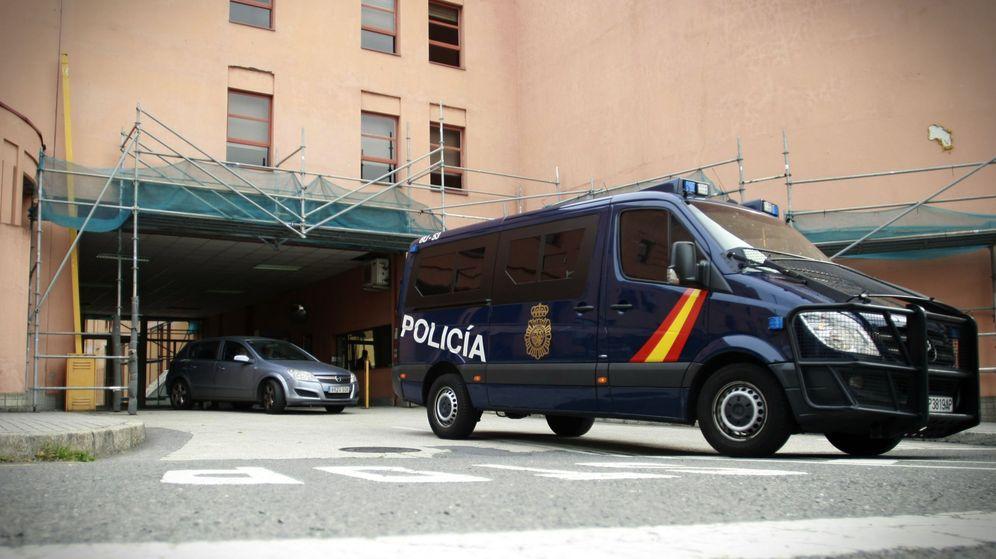 Foto: Vista de la comisaría de la Policía Nacional de A Coruña, donde se encuentra detenido, a la espera de pasar a disposición judicial, el padre del niño de 11 años. (EFE)