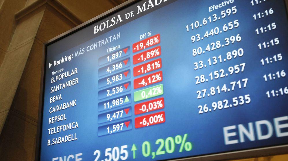 Foto: Un panel de la Bolsa de Madrid muestra el desplome del Popular a media sesión de ayer. (EFE)
