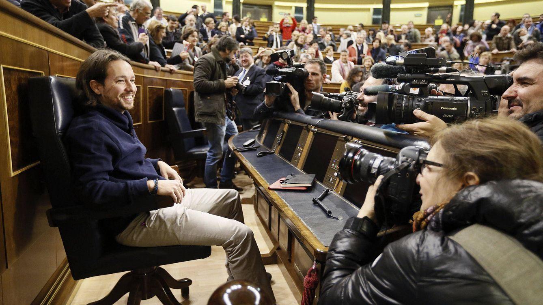 Foto: Pablo Iglesias, sentado en el Congreso de los Diputados, con motivo de la jornada de puertas abiertas a la ciudadanía antes de ser diputado. (EFE)