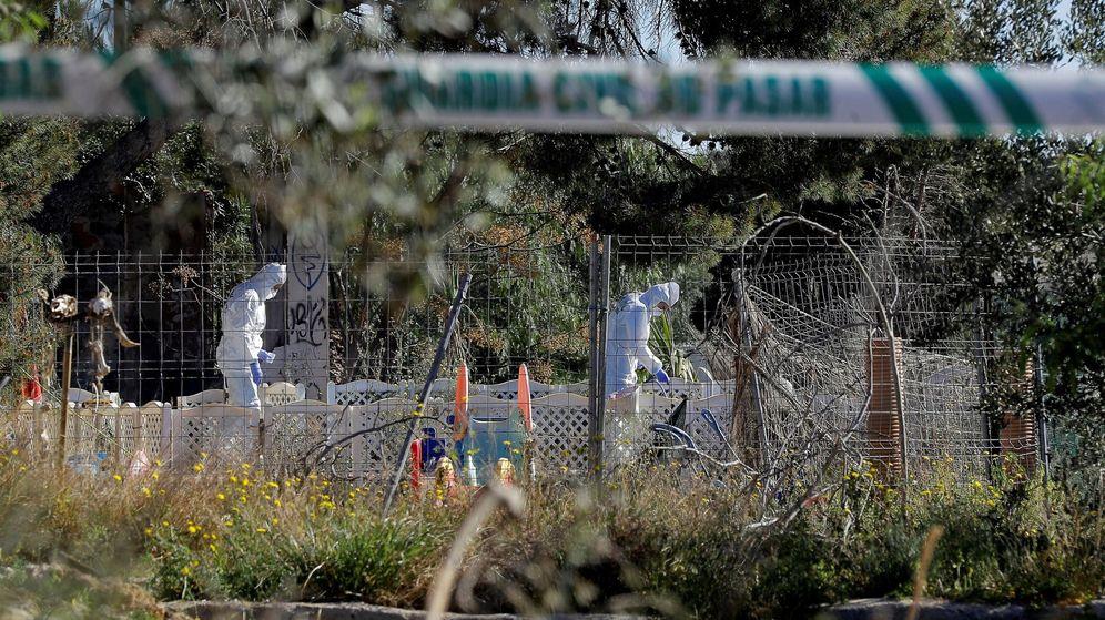 Foto: Agentes de la Policía Científica de la Guardia Civil trabajan en el lugar de la muerte en Godella (Valencia). (EFE)