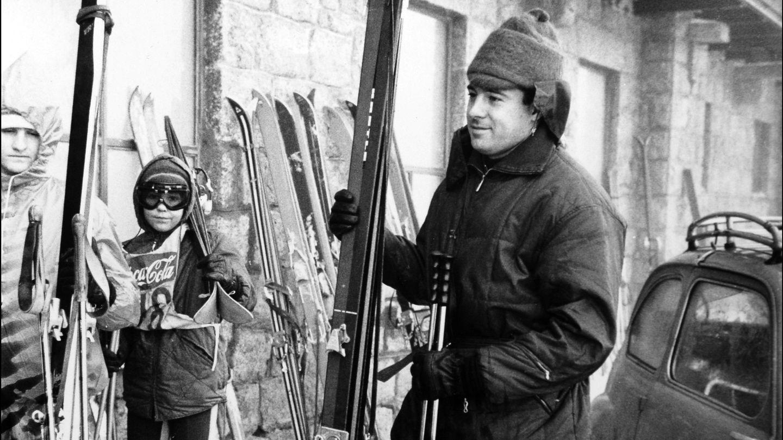 Alfonso de Borbón en la nieve en la década de 1970 (I.C.)