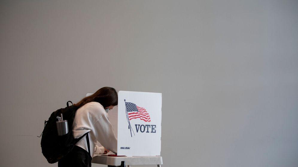 Foto: Una persona ejerce su derecho al voto anticipado en Michigan. (Reuters)