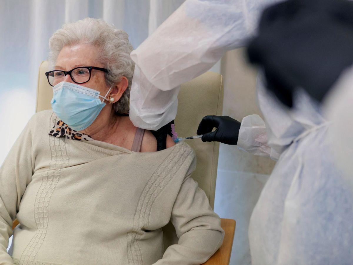 Foto: Una anciana se vacuna contra el covid-19. (EFE)