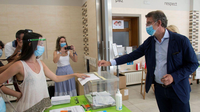 El actual presidente de la Xunta de Galicia y candidato por el Partido Popular, Alberto Núñez Feijóo, ejerce su derecho al voto en el colegio Niño Jesús de Praga, en Vigo. (EFE)