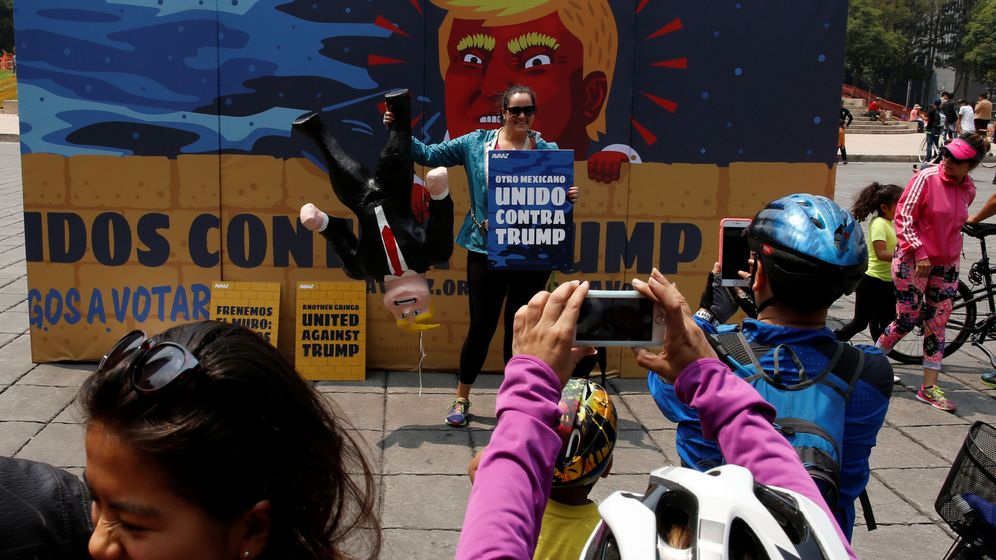 Foto: Performance contra la candidatura de Donald Trump en Ciudad de México, a finales de septiembre. (Reuters)