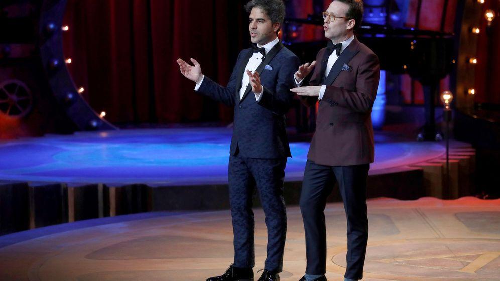 Foto:  Los humoristas y presentadores de la gala Ernesto Sevilla (i) y Joaquín Reyes . (EFE)