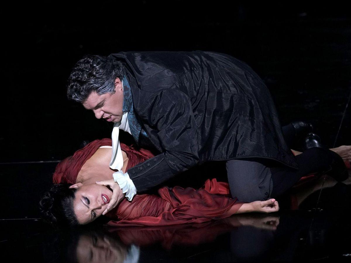 Foto: Anna Yúrievna Netrebko y el barítono italiano Luca Salsi, durante su interpretación de la opera 'Tosca', de Giacomo Puccini, en el Teatro Real de Madrid. (EFE)