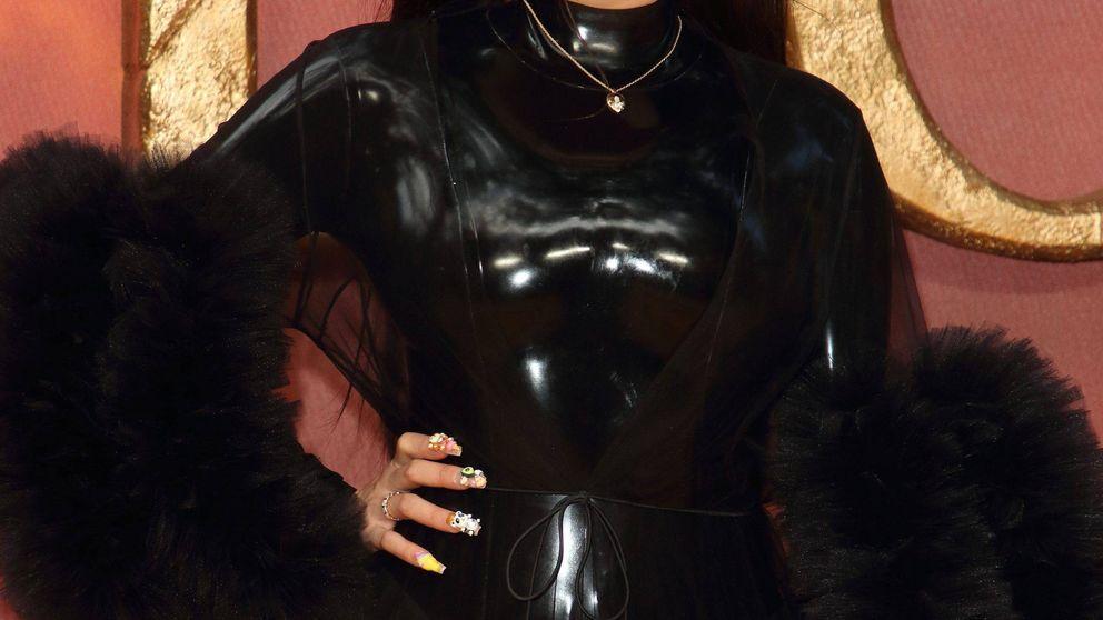 Rosalía se ríe de la polémica de las pieles con un vestido trampantojo