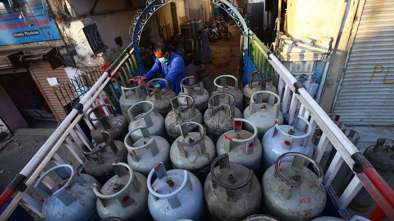 Foto: Un hombre traslada cilindros de gas en Karachi, Pakistán. (EFE)
