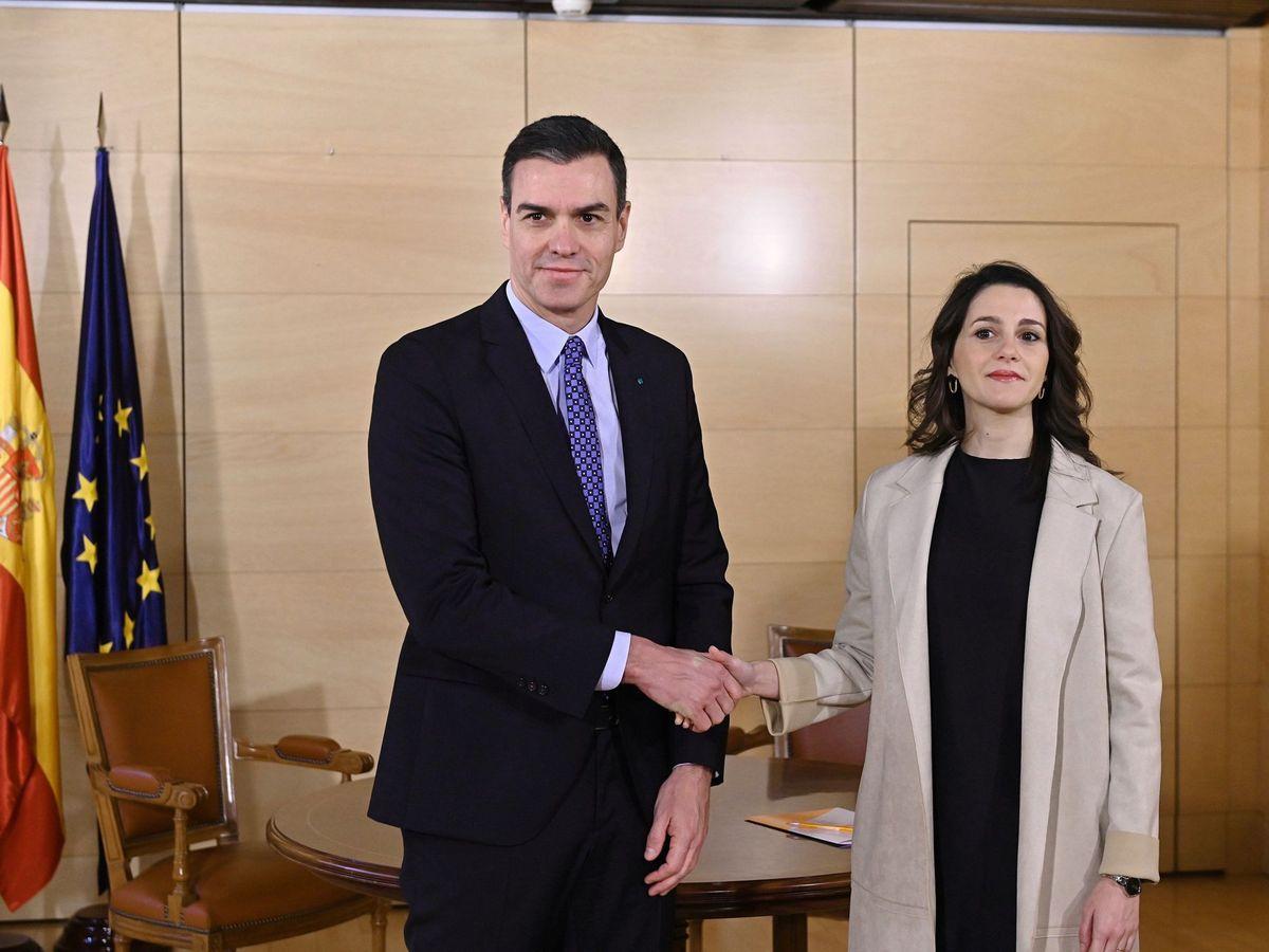 Foto: El presidente del Gobierno en funciones, Pedro Sánchez, y la portavoz de Ciudadanos en el Congreso de los Diputados. (EFE)