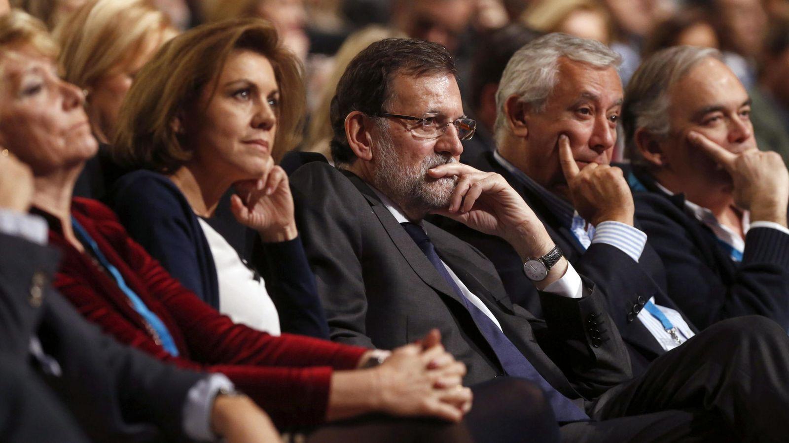 Foto: La secretaria general del PP, Dolores de Cospedal (i); el presidente del Gobierno, Mariano Rajoy (c) y los vicesecretarios Javier Arenas (2d) y Esteban González Pons (d). (EFE)
