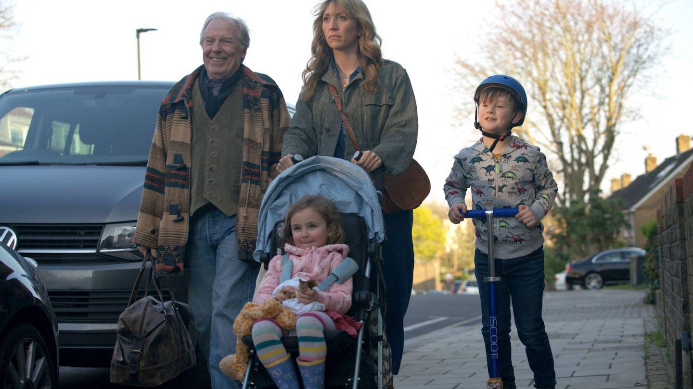Ally (Daisy Haggard) y su familia en 'Bendita paciencia'. (FX)
