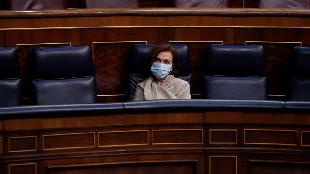 Carmen Calvo reaparece con mascarilla y manta en el Congreso tras vencer al covid-19