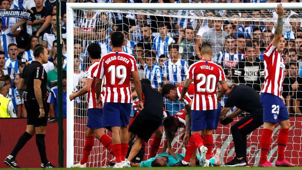 Foto: Oblak, tendido en el suelo tras sufrir el golpe en el gol de Monreal. (EFE)