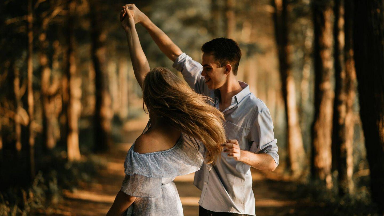 Calienta bailando y haz una serie de ejercicios que trabajen la musculatura de brazos, abdomen, glúteos y piernas (Unsplash)