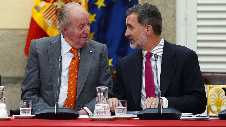 El rey emérito Juan Carlos, junto a su hijo, Felipe VI. (EFE)