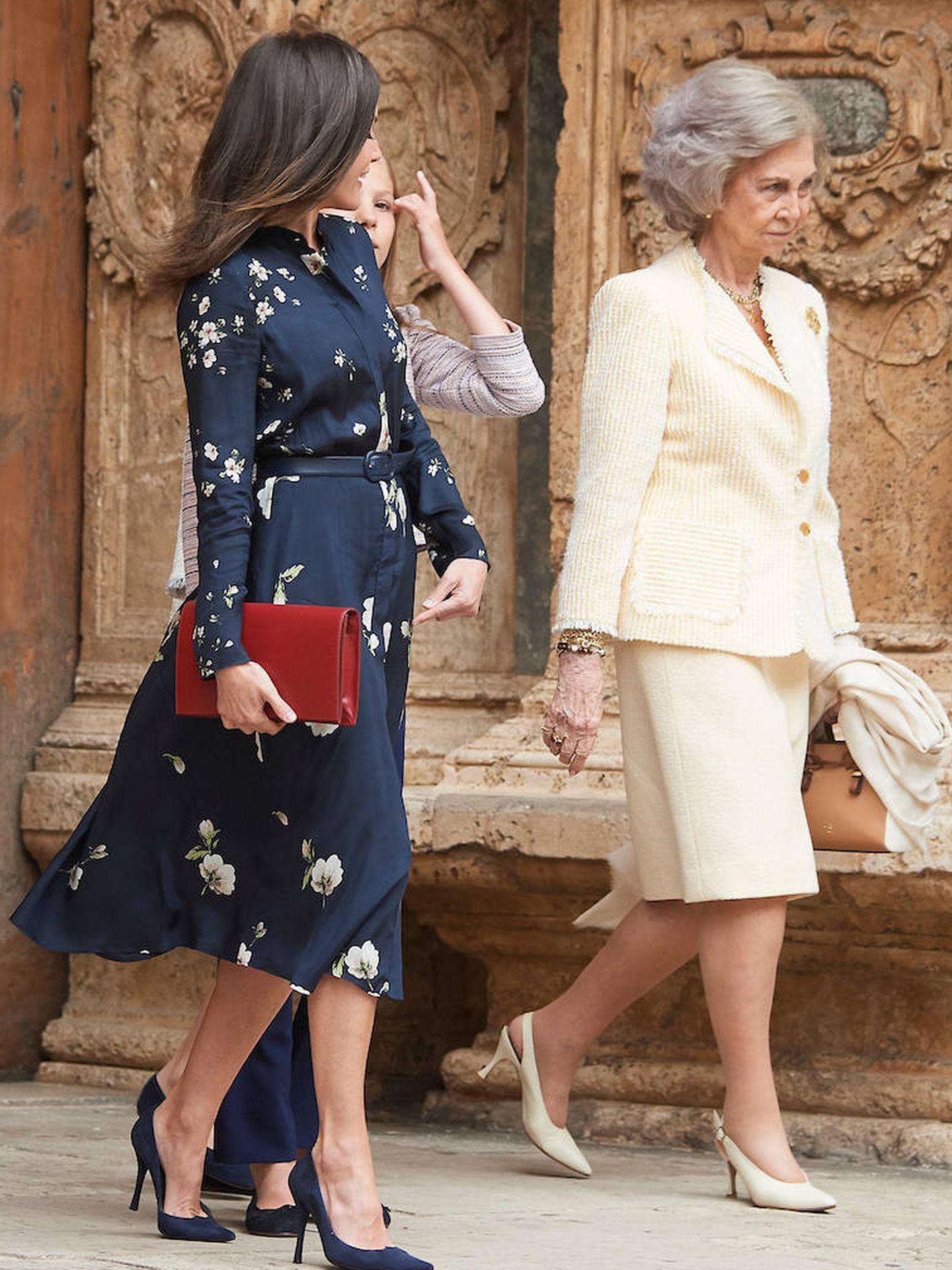 La reina Letizia y la reina Sofía a la salida de la catedral de Palma. (Limited Pictures)